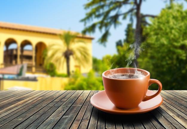 Xícara de café na mesa de madeira