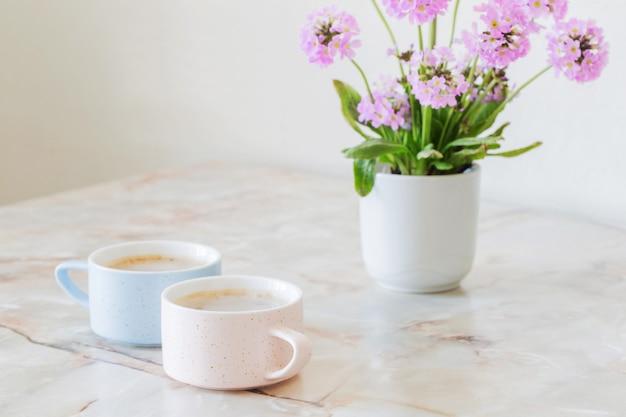 Xícara de café na mesa de mármore