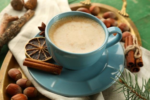 Xícara de café na mesa de metal, closeup