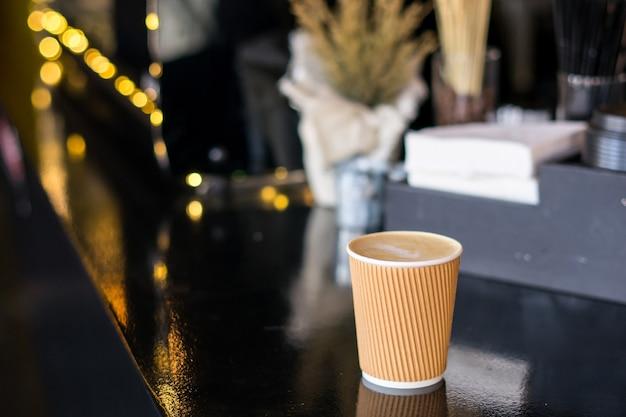 Xícara de café na mesa de restaurante