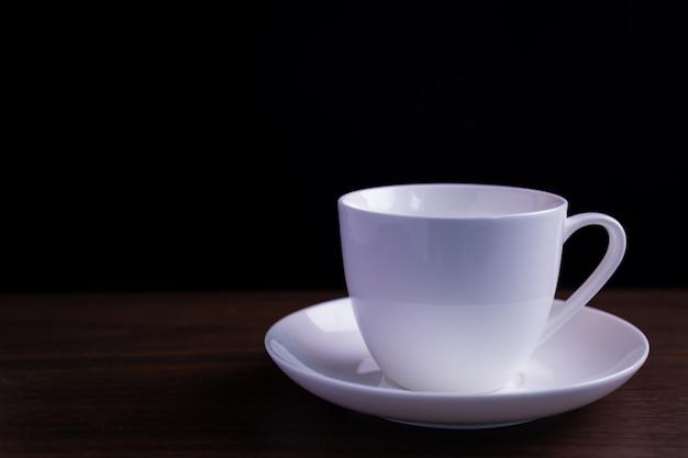 Xícara de café na mesa escura