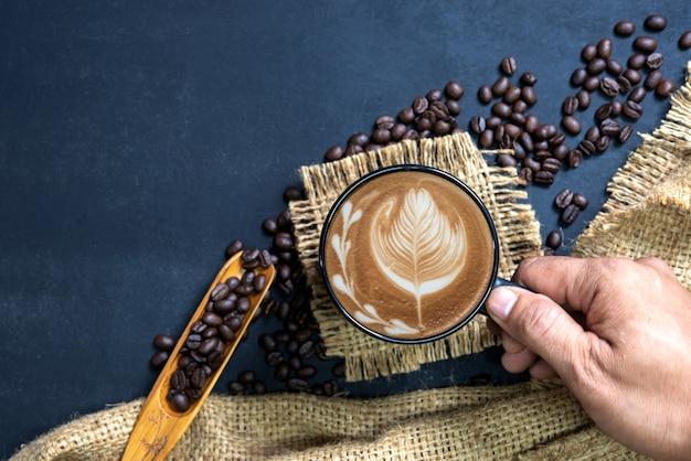 Xícara de café na mesa preta
