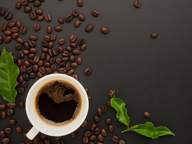 Xícara de café na mesa preta.