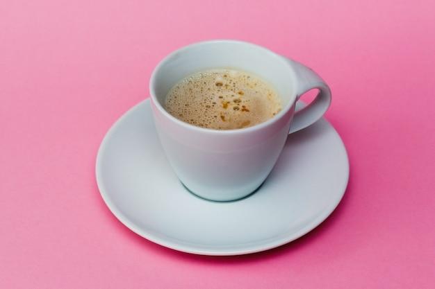 Xícara de café na mesa rosa pastel. conceito mínimo
