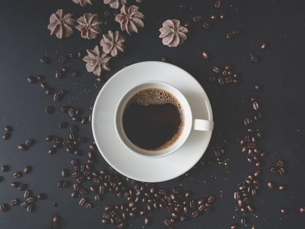 Xícara de café na mesa.