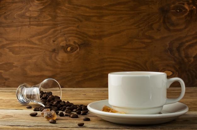 Xícara de café na superfície de madeira