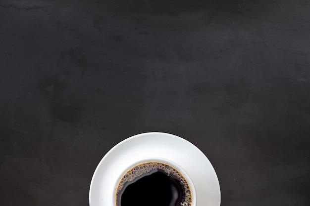 Xícara de café na superfície preta