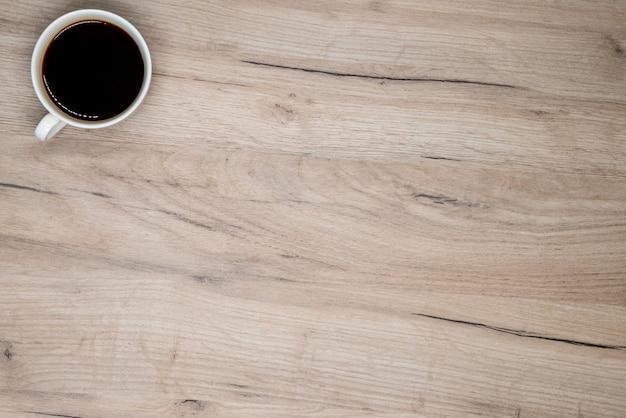 Xícara de café na tábua de madeira