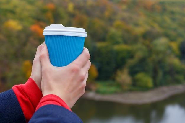 Xícara de café nas mãos
