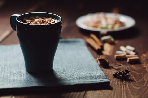 Xícara de café no café da manhã, copie o espaço