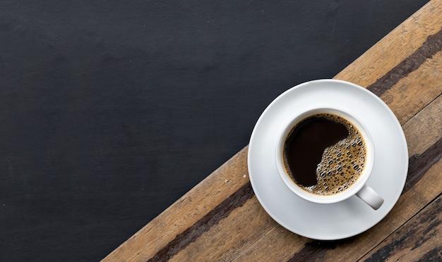 Xícara de café no chão de cimento preto