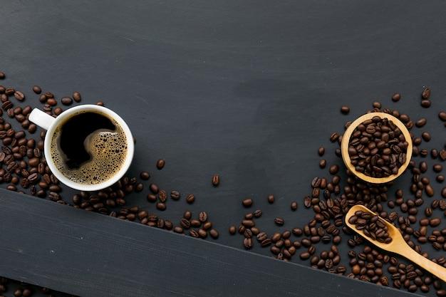 Xícara de café no chão de madeira preta