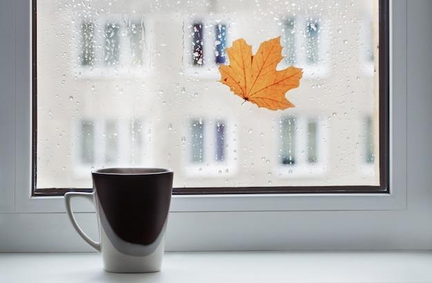 Xícara de café no peitoril da janela