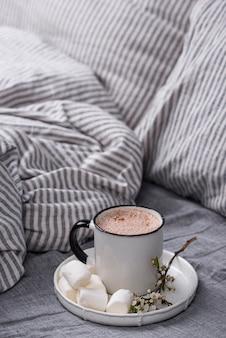 Xícara de café ou cacau na cama