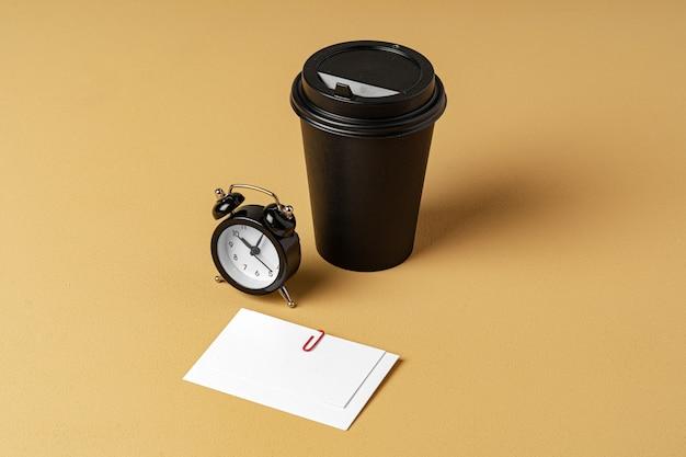 Xícara de café para viagem em branco e branco businesscards