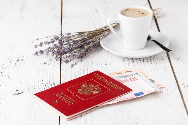 Xícara de café, passaportes e cartões de embarque sem nome. conceito de viagem