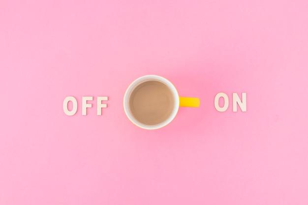 Xícara de café perto e em escritos