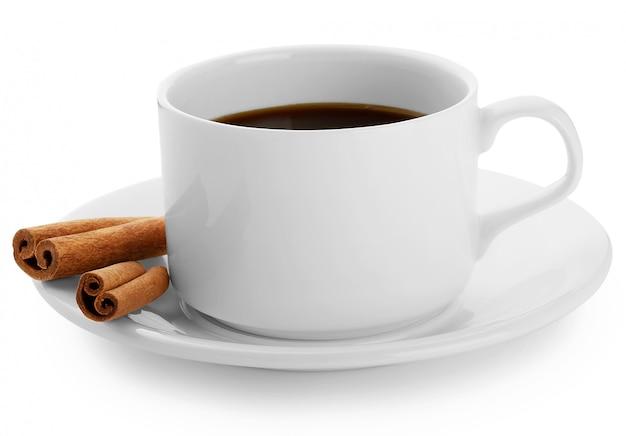 Xícara de café preto com paus de canela