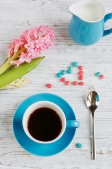 Xícara de café preto e flor rosa