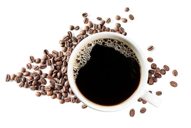 Xícara de café preto e grãos de café em branco