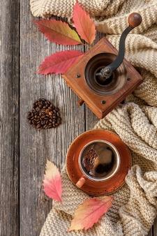 Xícara de café preto quente.