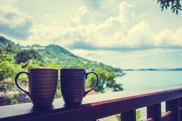 Xícara de café quente com vista exterior tropical bonita