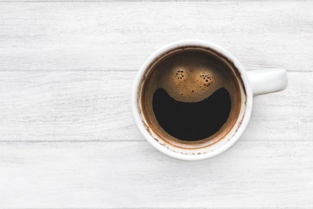 Xícara de café quente da manhã. visite kaboompics para mais gratuitamente