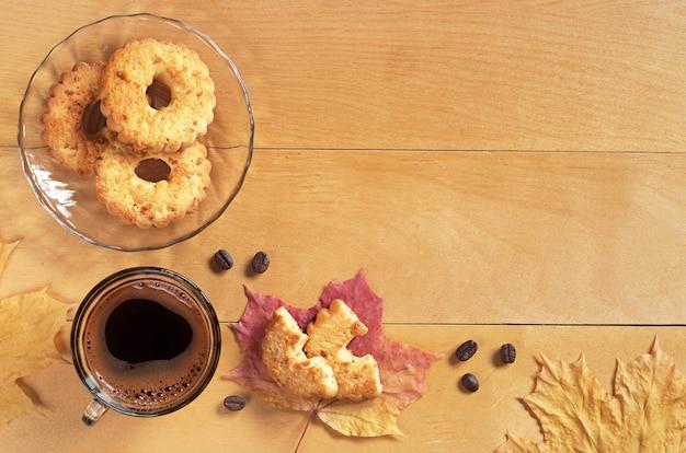Xícara de café quente e anéis de biscoitos com amendoim