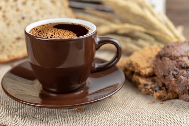 Xícara de café quente e café da manhã