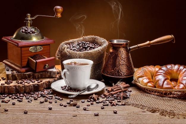 Xícara de café quente e croissants frescos