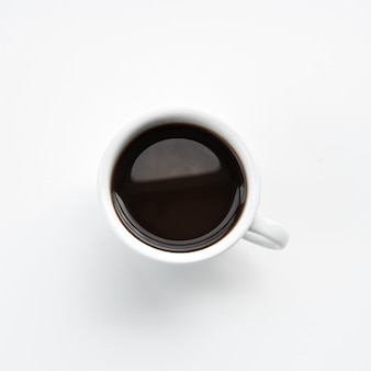Xícara de café quente mínima sobre fundo cinza claro.