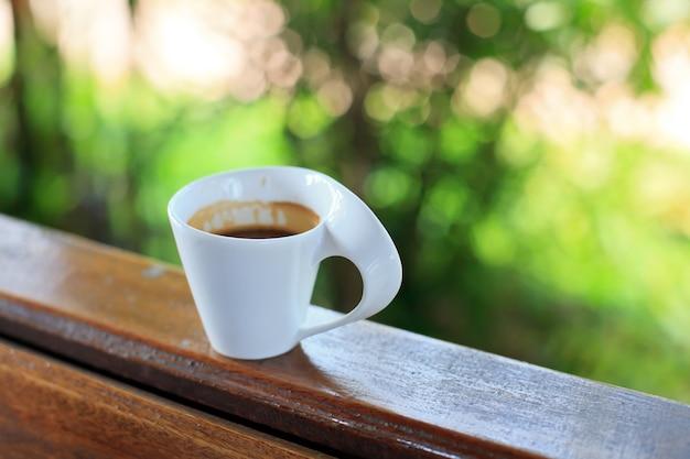Xícara de café quente na cafeteria.