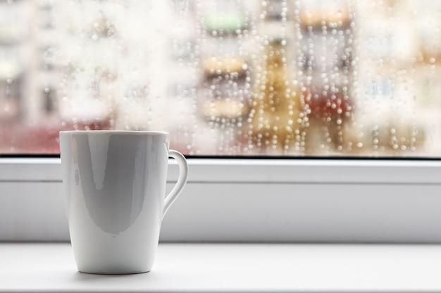 Xícara de café quente na janela