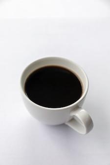 Xícara de café quente na mesa branca