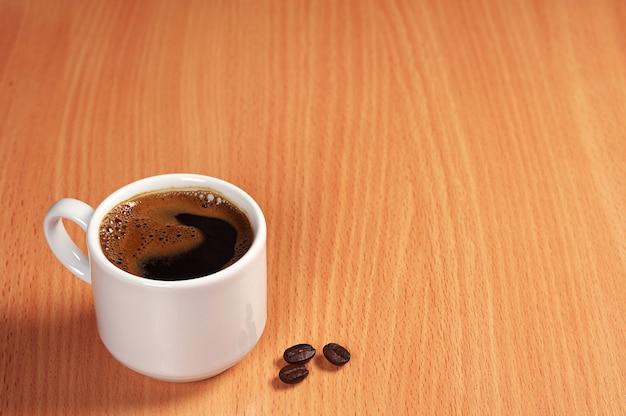 Xícara de café quente na mesa com espaço de cópia
