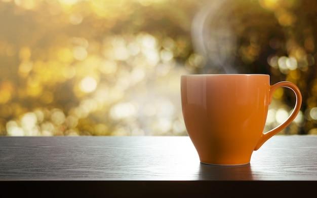 Xícara de café quente na mesa.