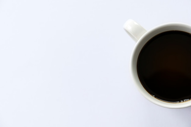 Xícara de café quente no fundo branco