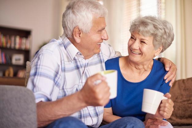 Xícara de café quente sempre nos torna melhores