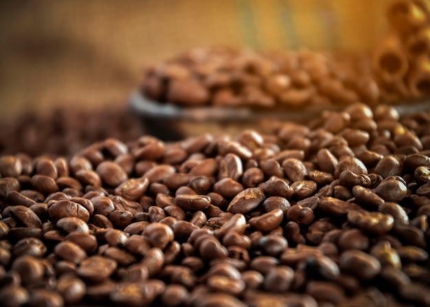 Xícara de café, saco e colher no antigo fundo enferrujado