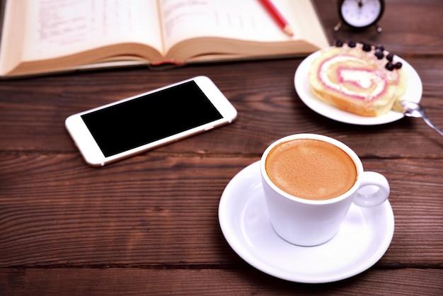 Xícara de café, smartphone