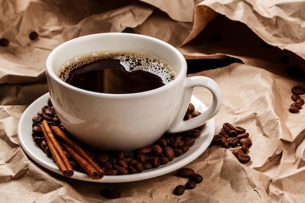 Xícara de café sobre papel amassado