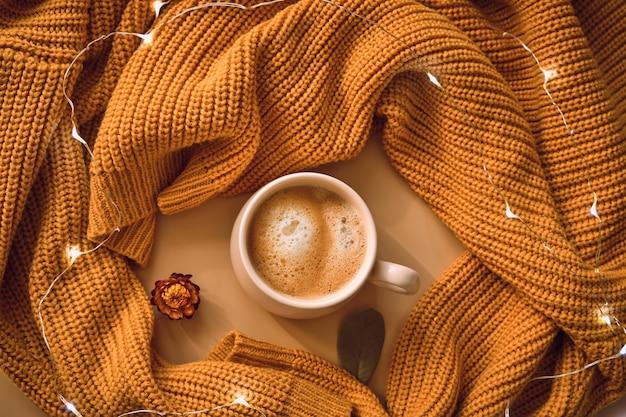 Xícara de café, suéter amarelo