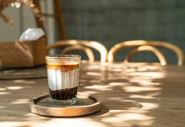 Xícara de café sujo duplo (café expresso com leite e chocolate) em cafeteria