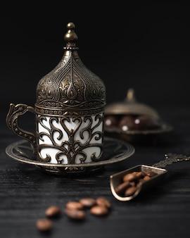Xícara de café turco com grãos de café