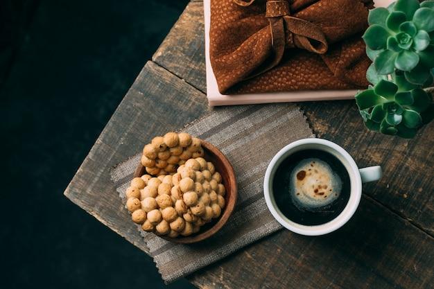 Xícara de café vista superior com biscoitos