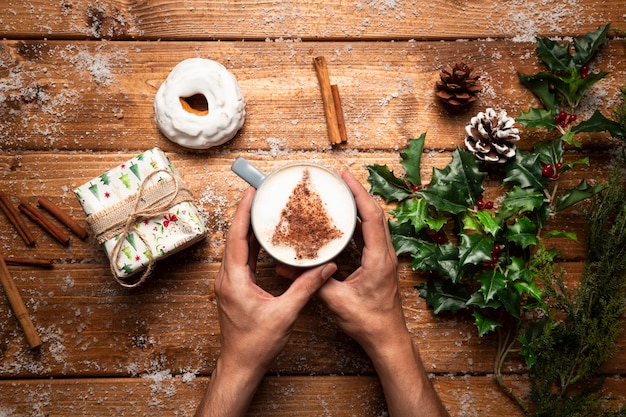 Xícara de café vista superior com fundo de madeira