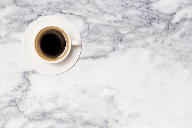 Xícara de café, vista superior da xícara de café na mesa de mármore
