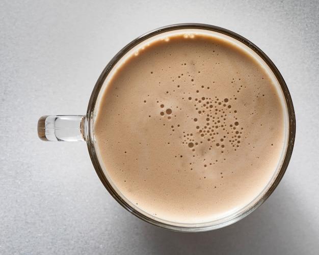 Xícara de cappuccino com espuma em estilo mármore branco.