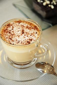 Xícara de cappuccino e brownies