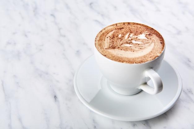 Xícara de cappuccino em cima da mesa